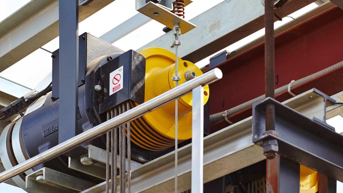 Variadores de frecuencia en ascensores y escaleras mecánicas